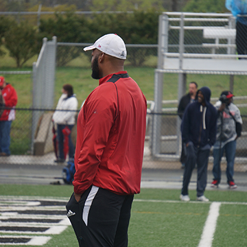 Former NFL Player Dwight Johnson Speaks With High School Athletes